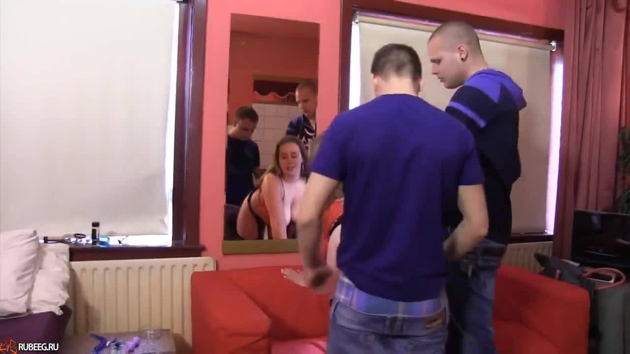 Девушка сосёт члены, подставляет киску с попкой и показывает парням сквирт