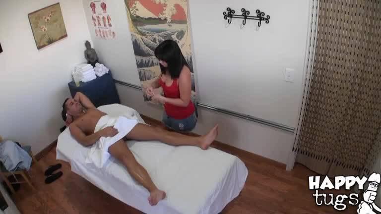 Мужчина пришел на массаж к брюнеточке и получил оргазм