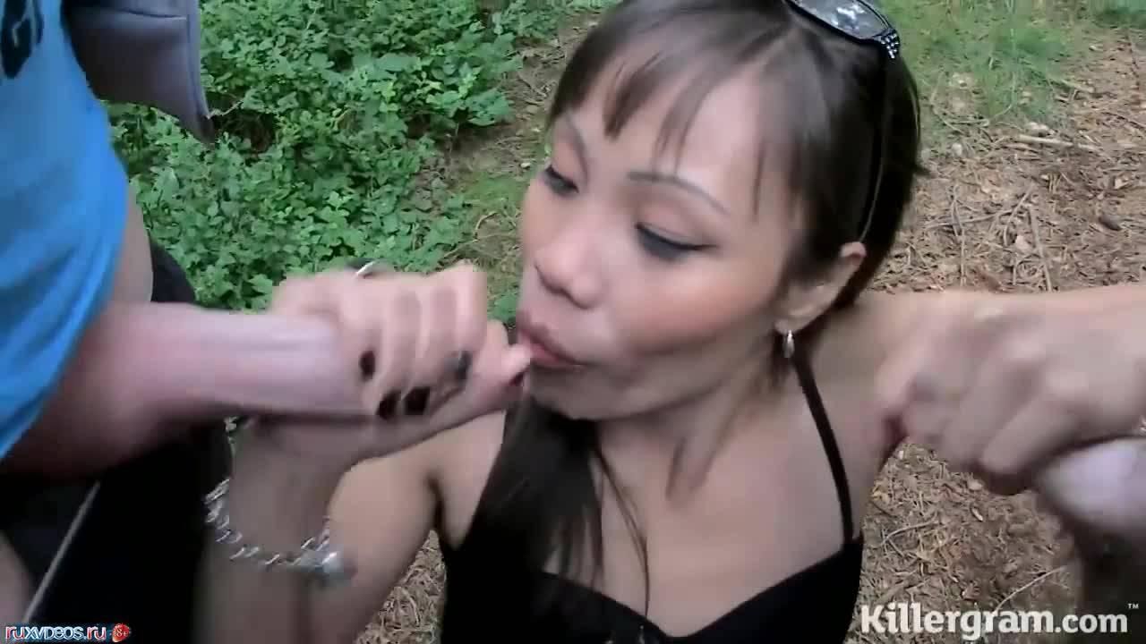 Азиатка продемонстрировала свои умения ротиком на природе