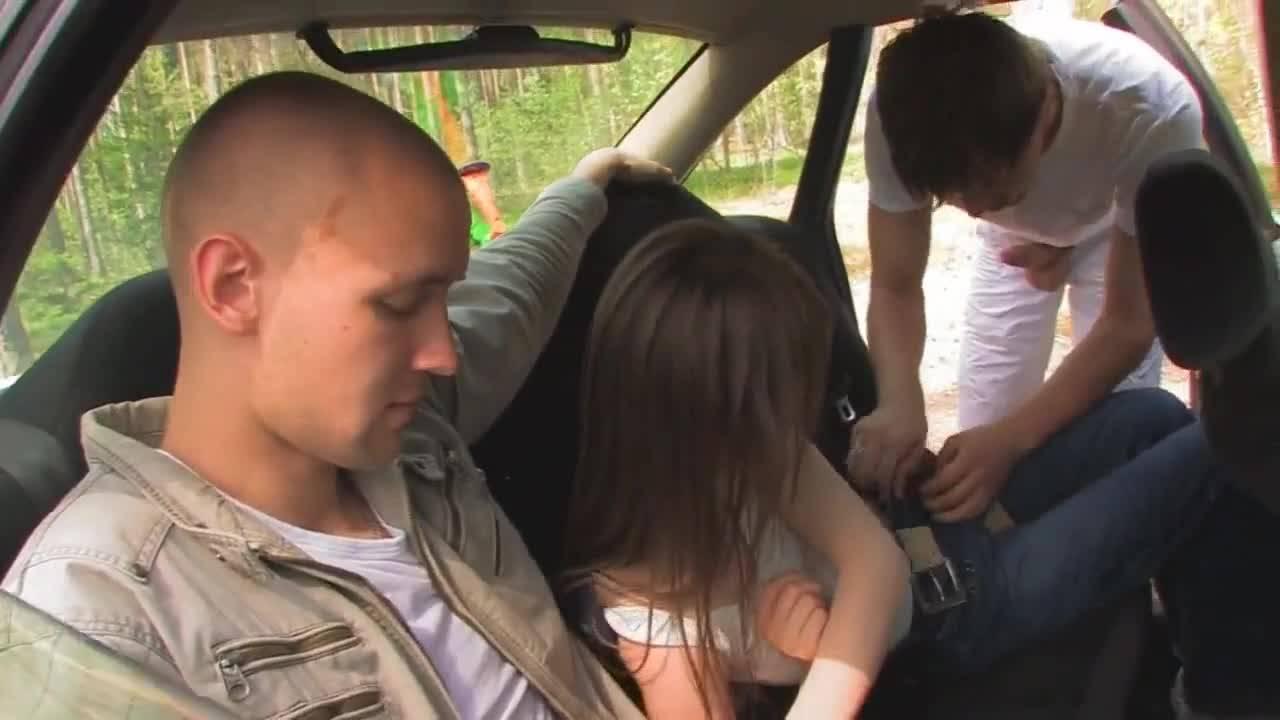 Молодая пара развлеклась с одним автостопером