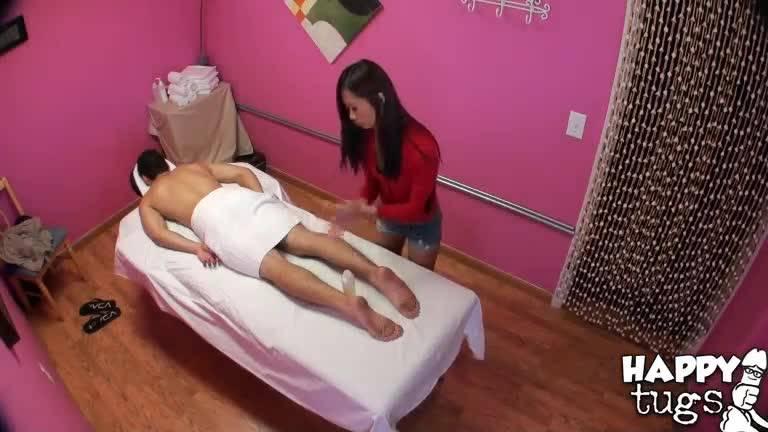 Парень пришел на эротический массаж , но получил гараздо больше удовольствия чем ожидал .