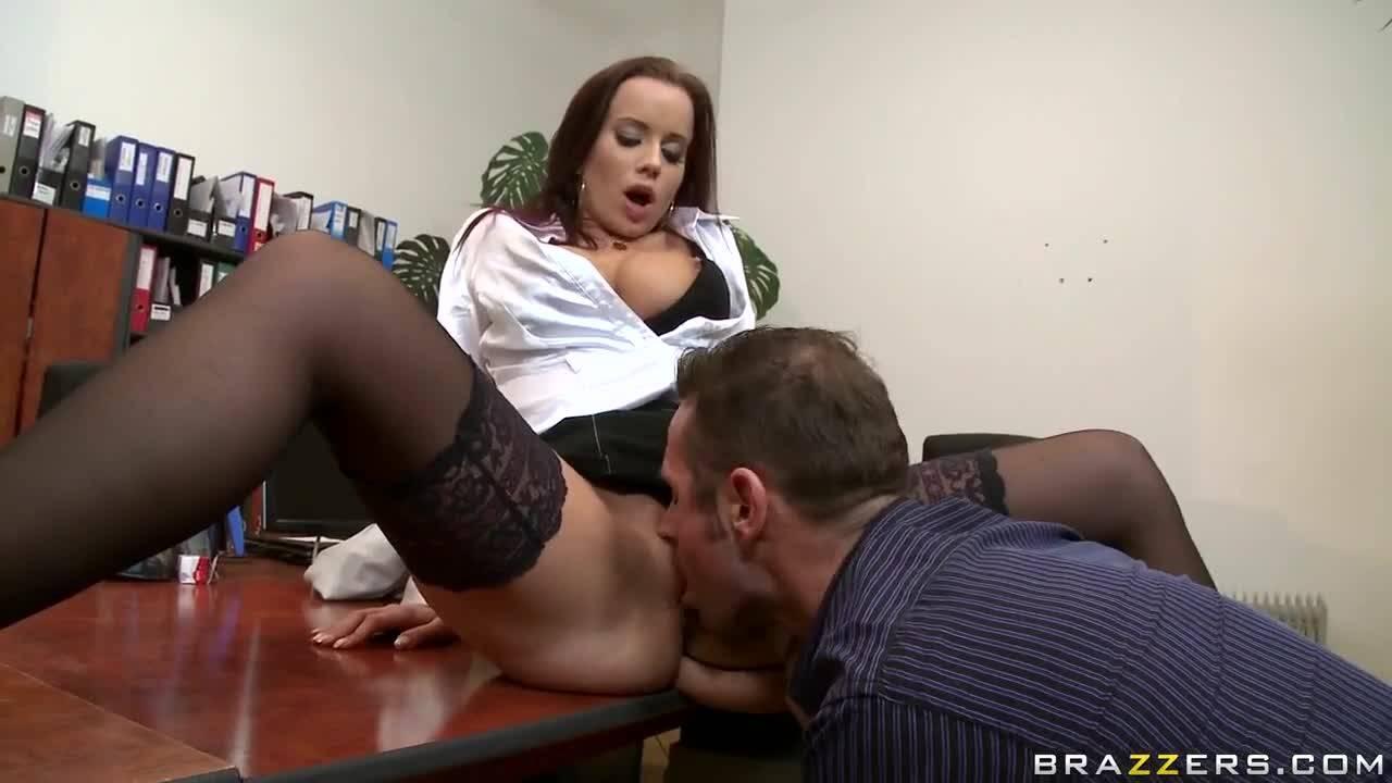Горячая проститутка отдалась боссу в офисе