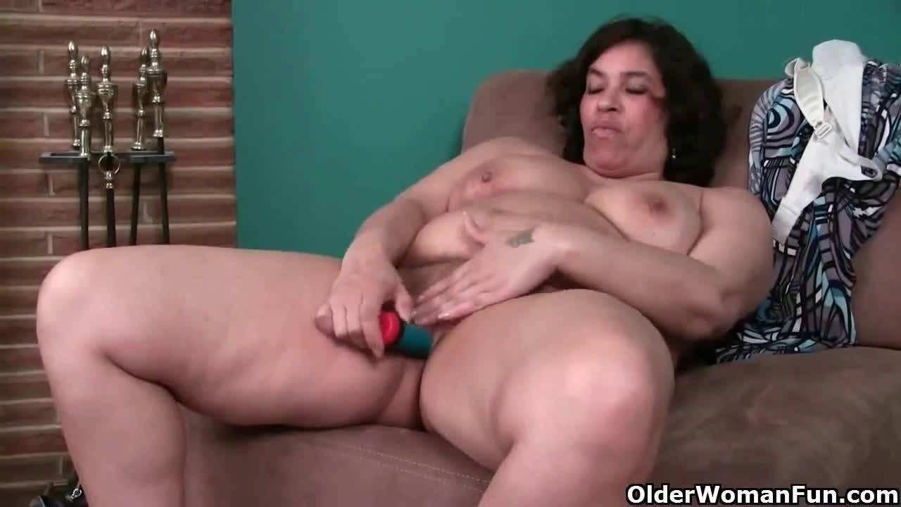 Зрелая мамаша дрочит свою киску самотыком