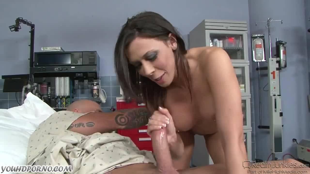 Сексуальная медсестра пришла вылечить больного