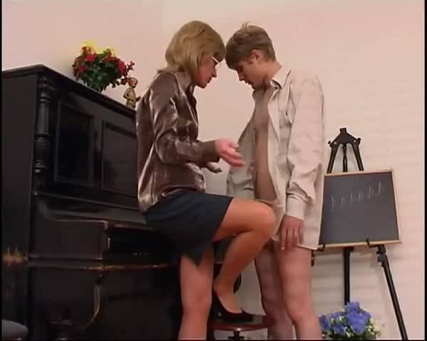 Преподавательница музыки соблазняет своего ученика