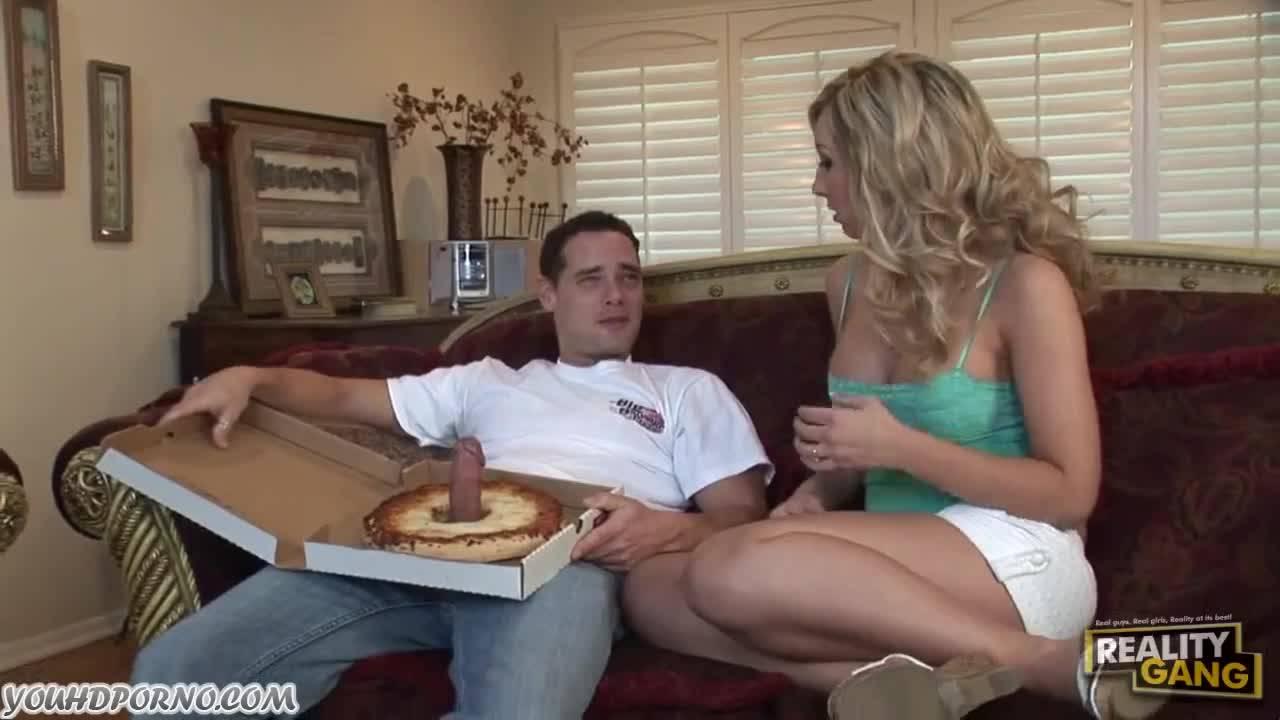 Разносчик пиццы показал хуй блондинистой сучке с большой грудью