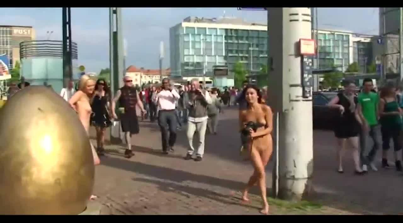 Голые девушки прогуливаются в парке