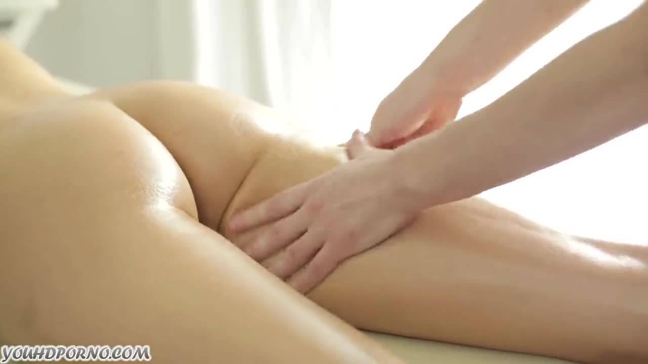 Массажист оттрахал русскую брюнетку в мокрую вагинку