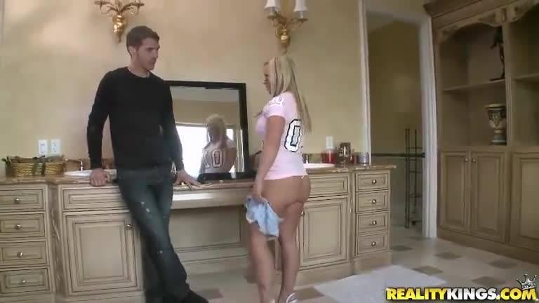 Девушка сосёт член и получает классный трах на кровати от своего парня