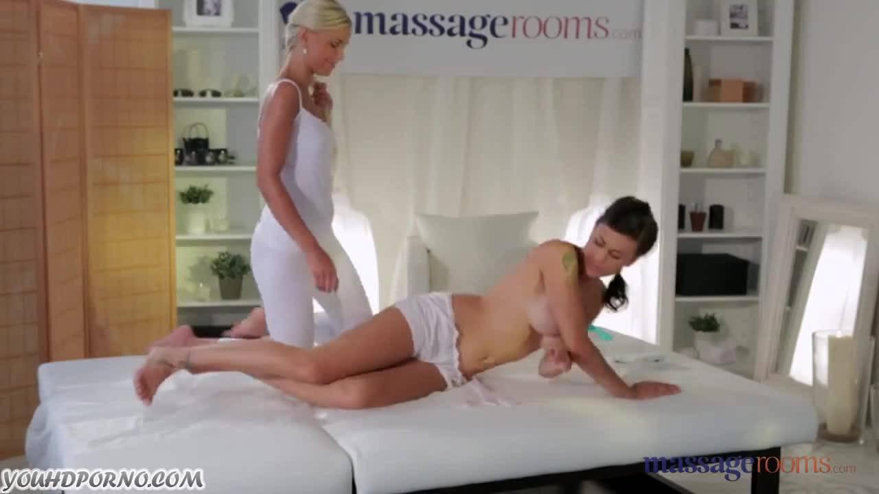 Молодая блондиночка расслабила массажем брюнетку