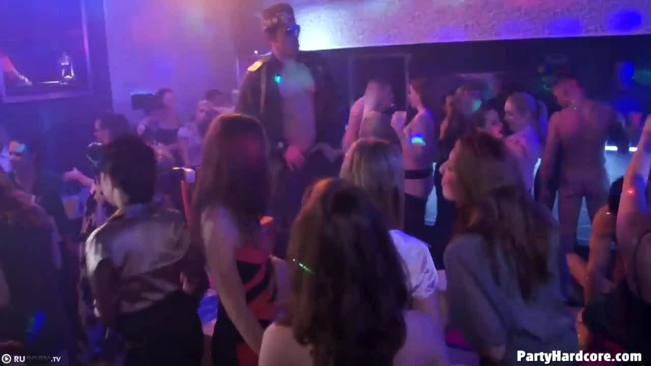 Девичник в ночном клубе превратился в оргию и блядки