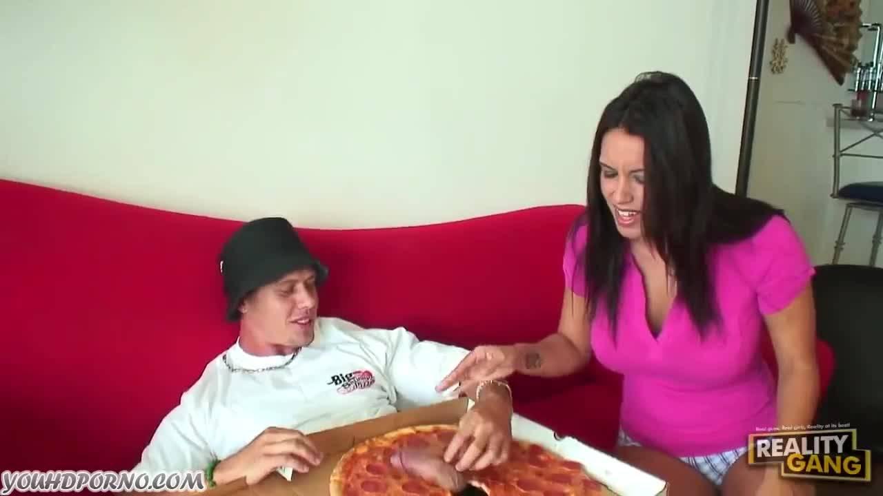 смотреть Проститутка присела на член торчащий с пиццы