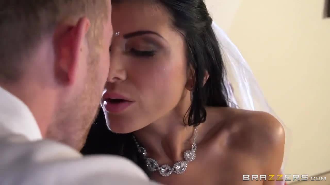 Сексуальная сучка в свадебном платье изменила новоиспеченному мужу