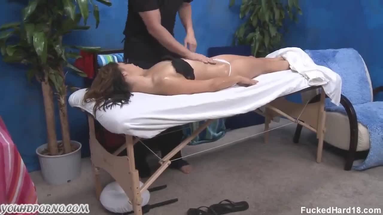 Телочку поставили рачком на массажном столе и жестко отъебали в попку и пиздёнку