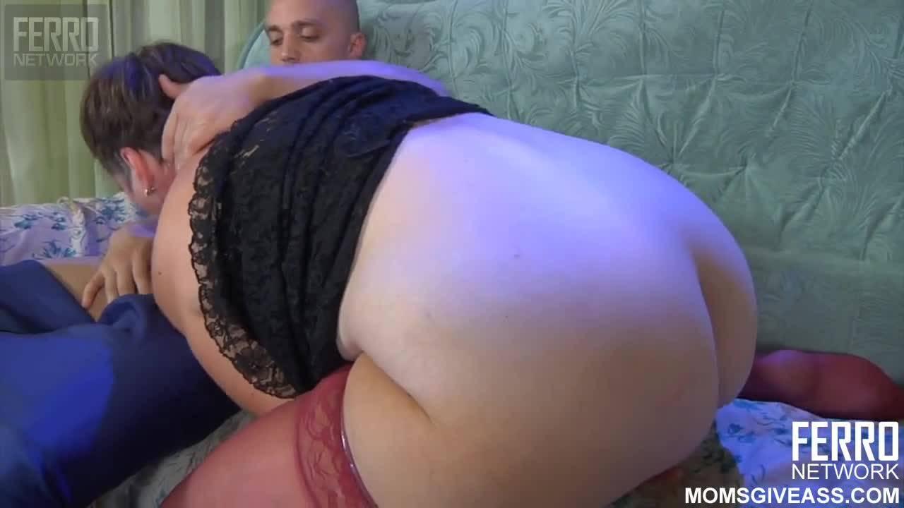 Зрелая русская баба трахается в жопу с молодым парнем