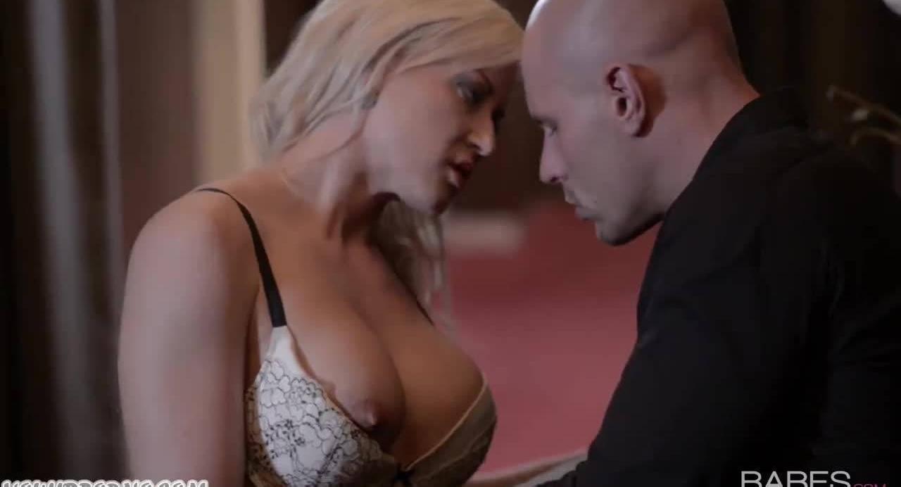 Страстная секретарша раздевается перед охранником босса и склоняет его к сексу