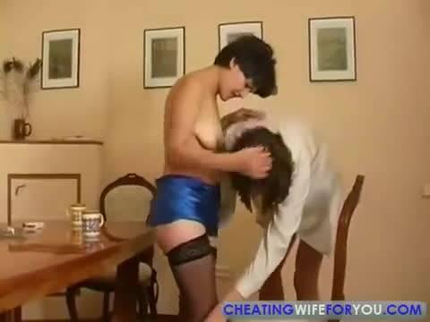 Зрелая баба отсасывает член у молодого парня и занимается с ним сексом на столе