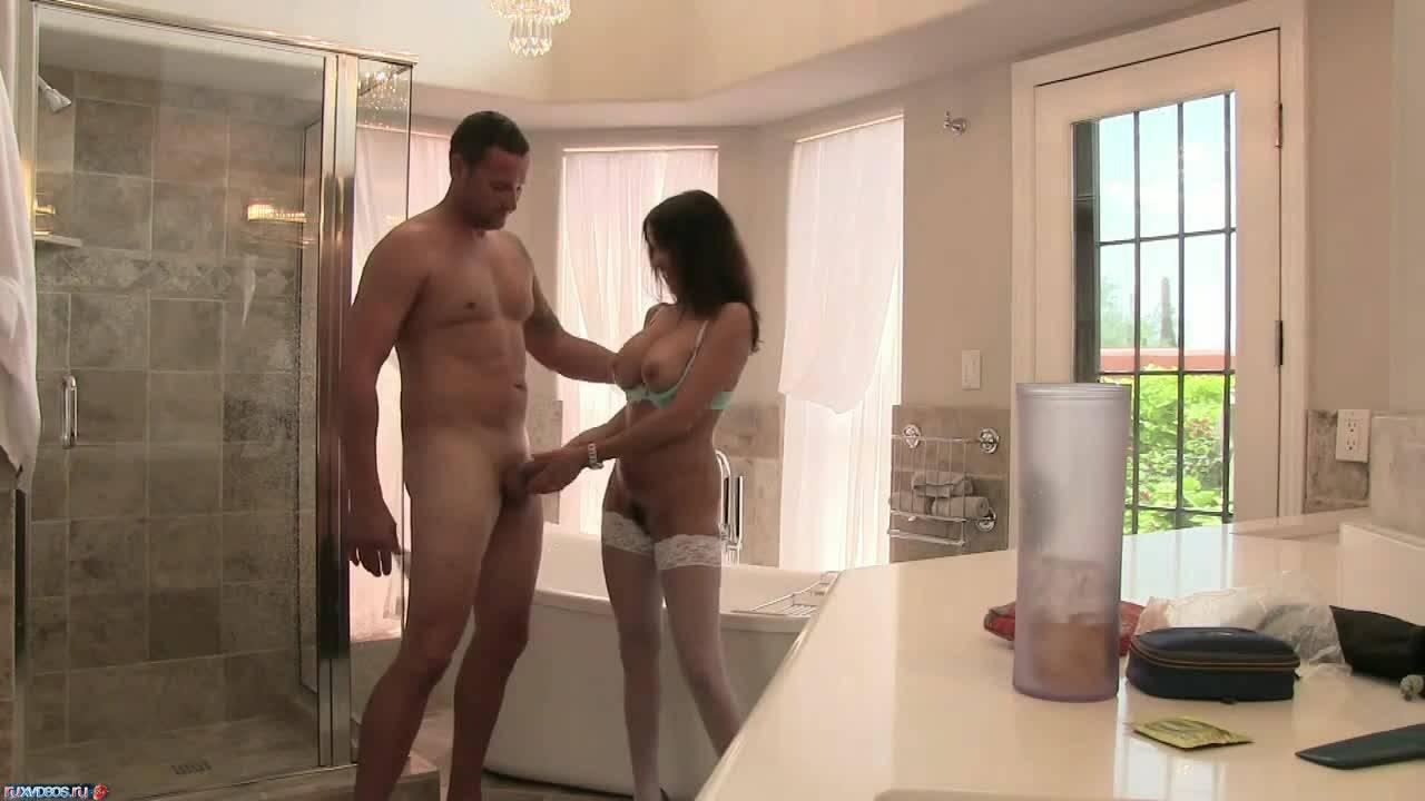 Брюнетка подрочила член мужику в ванной и оседлала его на кровати