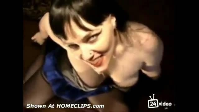 Зрелка в образе вампира сосёт член парню и глотает сперму