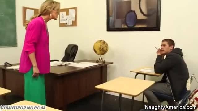 Смазливая учительница трахается со студентом