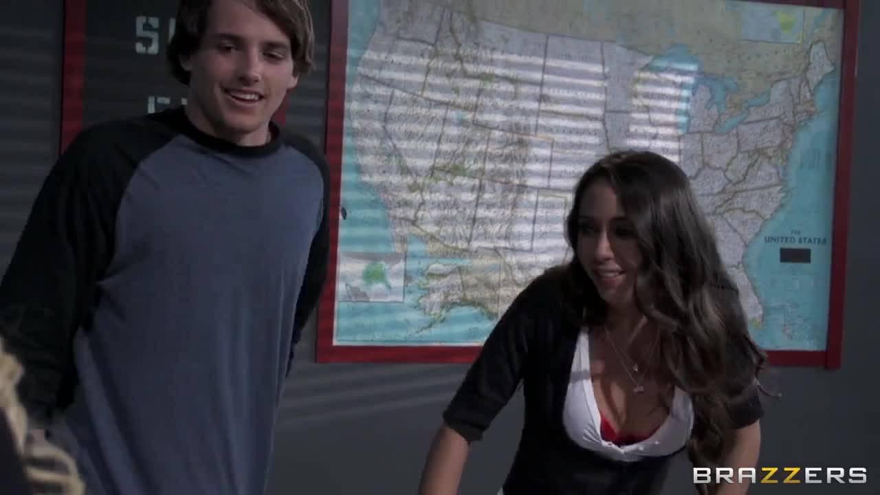 Учительница показывает молодой паре, как нужно делать минет и трахаться